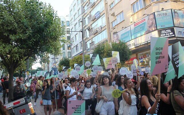 """Des femmes qui manifestent en Turquie lors de l'évènement """"Kiyafetime karisma"""", dans le quartier de Kadikoy, à Istanbul, le 29 juillet 2017. (Crédit : Neslihan_Turan / CC BY-SA 4.0)"""
