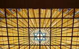 Le vitrail intérieur de la synagogue Copernic, à Paris. (Crédit : GFreihalter / CC BY-SA 3.0)