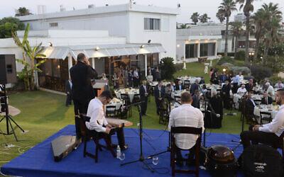L'ambassadeur américain Dan Shapiro organise un Iftar à sa résidence officielle à Herzliya le 14 juin 2016 (Crédit : CC BY 2.0 US Embassy/Flickr)