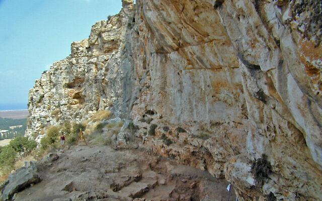Extérieur de la grotte de Misliya, où l'on a découvert une mâchoire complète avec des dents datant de 177000 à 194000 ans. (Mina Weinstein-Evron, Université de Haïfa)