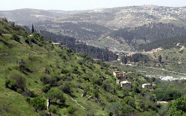Le Mitzpeh Naftoah au fond à droite, photographié depuis Lifta à l'entrée ouest de Jérusalem, le 13 avril 2009 (Crédit :Flickr/Ron Almog, CC BY 2.0)