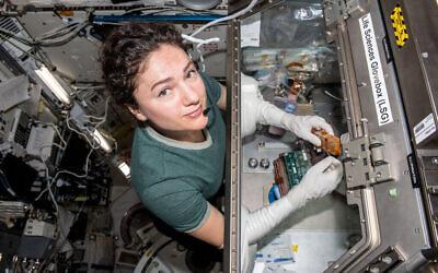 L'astronaute Jessica Meir travaille sur une expérience scientifique à bord de l'ISS (Crédit : NASA)