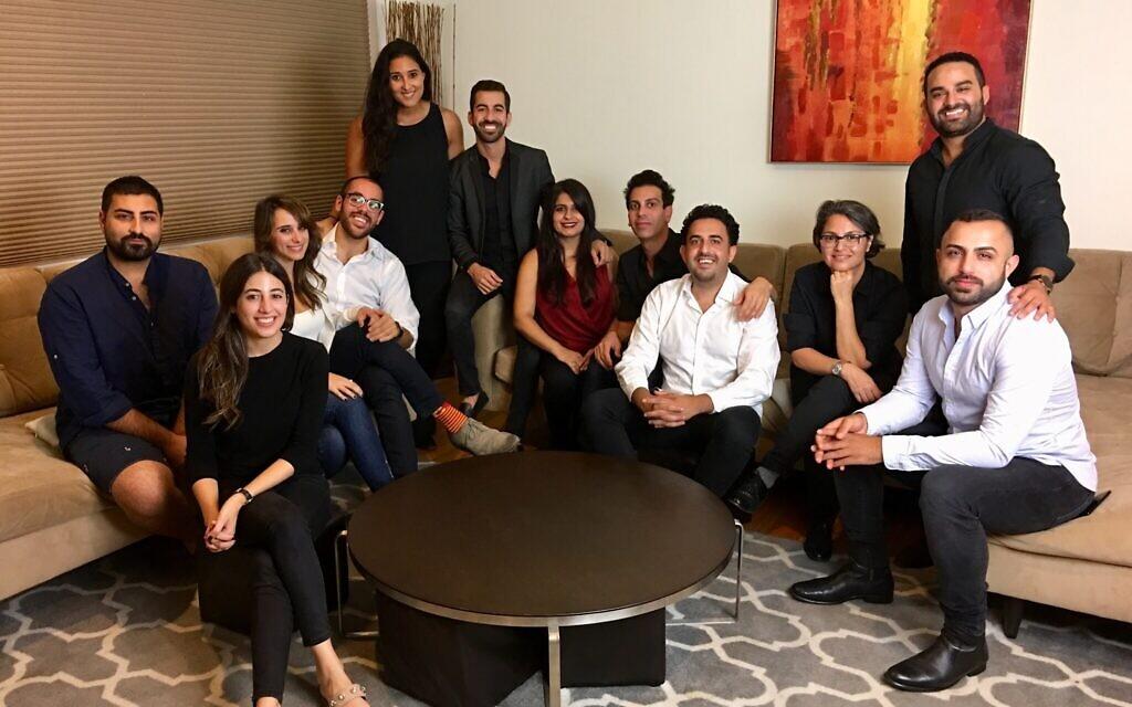 Maddahi et Marvazy dans le fond entourés des premiers diplômés de la première cohorte de boursiers de la Fierté persane de JQ International en 2018. (Crédit : Mariya Stangl/ via JTA)