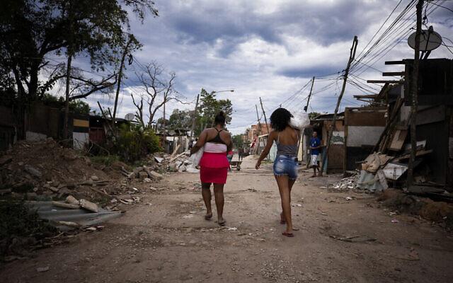 Des habitants de la communauté de Cidade de Deus reçoivent des dons de nourriture en pleine pandémie de coronavirus (COVID-19), le 23 mai 2020 à Rio de Janeiro, au Brésil. (Buda Mendes/Getty Images/via JTA)