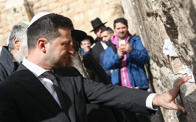 Le président ukrainien Volodymyr Zelensky visite le Mur occidental, dans la Vieille ville de Jérusalem, le 23 janvier 2020. (Crédit : Shlomi Cohen / Flash90)