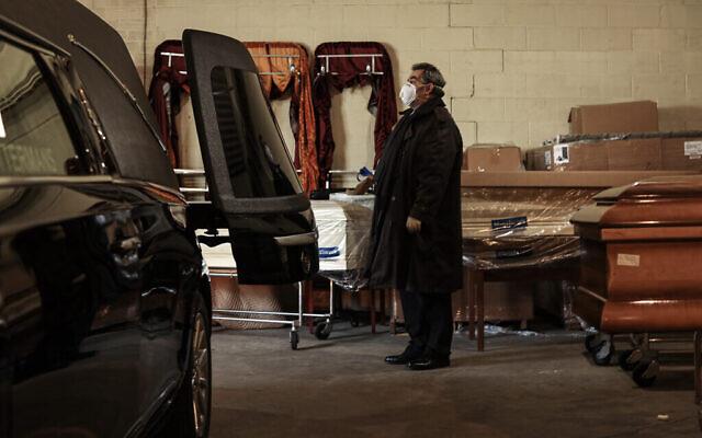 Une nouvelle série de morts est amenée sur la zone de chargement de la maison funéraire Gutterman avant d'être placée dans un corbillard, le 15 mai 2020, à Woodbury, New York. (Photo par Jonathan Alpeyrie/Polaris Images)