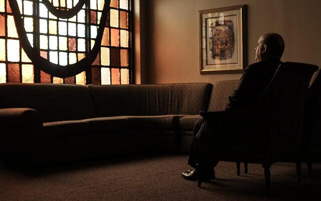 Dominic Carella, directeur de la maison funéraire Gutterman et entrepreneur de pompes funèbres, est assis dans l'une des salles d'attente où les familles étaient autrefois autorisées à se recueillir, le 15 mai 2020, à Woodbury, New York. (Photo par Jonathan Alpeyrie/Polaris Images)