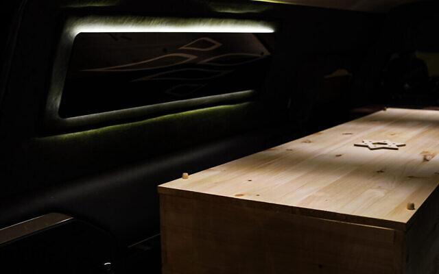 Un cercueil vient d'être placé dans un corbillard à la maison funéraire Gutterman, le 15 mai 2020, à Woodbury, New York. (Photo par Jonathan Alpeyrie/Polaris Images)