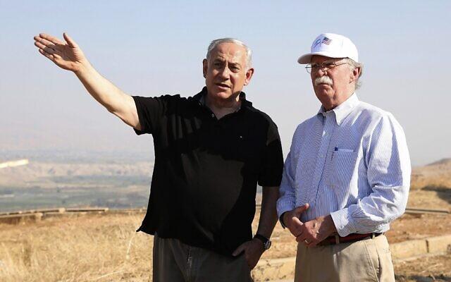 L'ancien conseiller à la sécurité nationale américain John Bolton, à droite, et le Premier ministre israélien Benjamin Netanyahu, visitent un ancien avant-poste de l'armée surplombant la vallée du Jourdain entre la ville israélienne de Beit Shean et la ville palestinienne de Jéricho, le 23 juin 2019. (Crédit : AP / Abir Sultan)