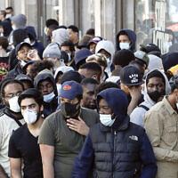 Les gens font la queue pour entrer dans le magasin de Nike de Londres, (Nike Town), le 15 juin 2020, alors que les magasins ont rouvert après la fermeture de COVID-19. (AP Photo/Matt Dunham)