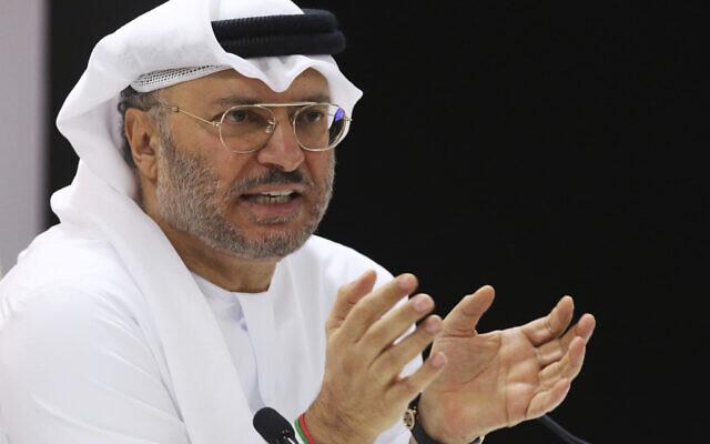 Le ministre d'État des Affaires étrangères des Émirats Arabes Unis, Anwar Gargash, s'adresse aux journalistes à Dubaï, aux Émirats Arabes Unis, le lundi 18 juin 2018. (AP/Jon Gambrell)