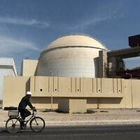 La centrale nucléaire de Bushehr, à l'extérieur de la ville de Bushehr, dans le sud de l'Iran. (Crédit : AP Photo/Mehr News Agency, Majid Asgaripour)