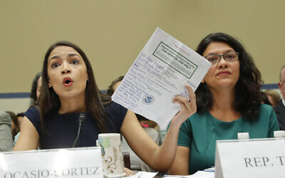 La représentante démocrate de New York Alexandria Ocasio-Cortez, à gauche, et Rachida Tlaib, à droite, avant une audience de supervision sur les centres de détention au Capitole, à Washington, le 12 juillet 2019 (Crédit : AP Photo/Pablo Martinez Monsivais)