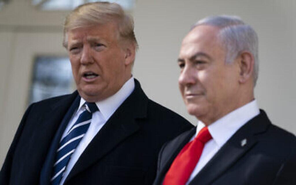 Le président américain Donald Trump (à gauche) et le Premier ministre Benjamin Netanyahu s'entretiennent avec des journalistes avant une réunion dans le bureau ovale de la Maison Blanche, le 27 janvier 2020, à Washington. (AP Photo/Evan Vucci)