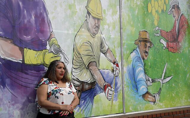Une immigrante sans papiers pose pour un portrait dans un centre de placement à Pasadena, en Californie. Le plan de secours que le Congrès a approuvé pour aider les Américains pendant la pandémie de coronavirus comporte une exclusion majeure : des millions d'immigrants qui n'ont pas de statut légal aux États-Unis, le 31 mars 2020. (AP Photo/Marcio Jose Sanchez)