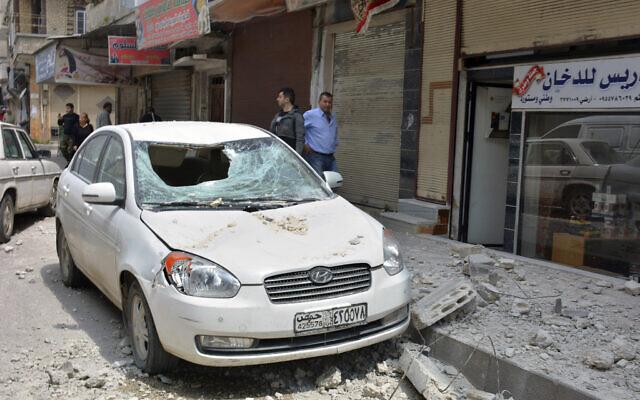 Illustration : une explosion sur une réserve d'armes près de la ville de Homs en Syrie attribuée aux frappes aériennes israéliennes, le 1er mai 2020, a causé des dégâts sur une voiture à proximité. (Agence officielle syrienne SANA via AP)