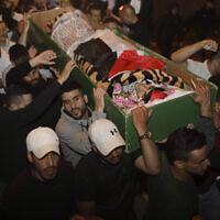 Des hommes transportent le corps d'Iyad Halak pour ses funérailles après sa mort sous les balles de la police israélienne, dans la Vieille Ville de Jérusalem, le 31 mai 2020 (Crédit : AP Photo/Mahmoud Illean)
