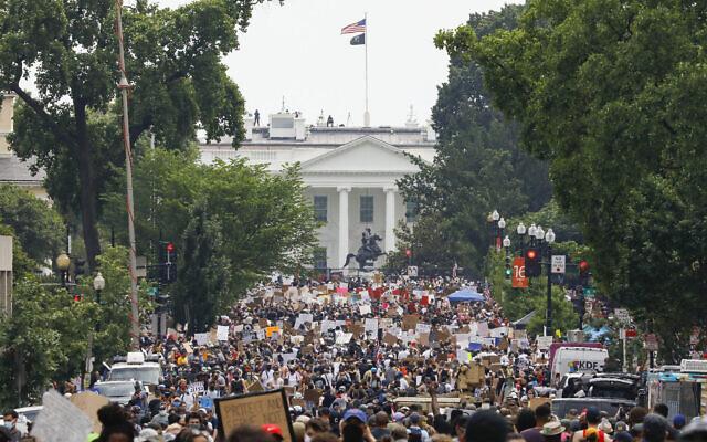 Le 6 juin 2020, près de la Maison Blanche à Washington, des manifestants protestent contre la mort de George Floyd, un homme noir qui était sous la garde de la police à Minneapolis. Floyd est mort après avoir été immobilisé par des officiers de police de Minneapolis. (AP Photo/Jacquelyn Martin)