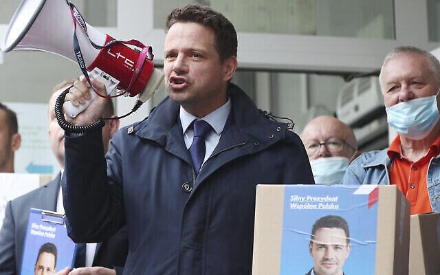 Le candidat centriste à la présidentielle polonaise, le maire de Varsovie Rafal Trzaskowski, s'adresse à ses sympathisants avant de déposer officiellement sa candidature à la commission électorale polonaise, à Varsovie, le 9 juin 2020. (Crédit : AP/Czarek Sokolowski)