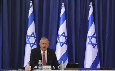 Le ministre de la Défense Benny Gantz lors d'une réunion du cabinet, au ministère des Affaires étrangères de Jérusalem, le 21 juin 2020 (Crédit : Abir Sultan/Pool Photo via AP)