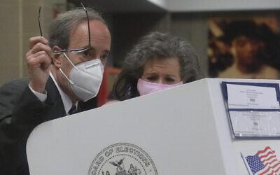 Pat Ennis Engel, à droite, à côté de son mari, Eliot Engel, membre du Congrès, alors que le couple se prépare à voter pour les élections primaires dans la section de Riverdale, à New York,  le 23 juin 2020  (Crédit : AP Photo/Bebeto Matthews)