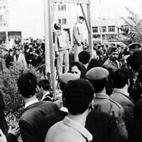 Sabah Haim et David Hazaquiel, deux hommes d'affaires juifs lors de leur pendaison à Bagdad, en Irak, parce qu'ils étaient des espions israéliens, le 27 janvier 1969 (Crédit : AP)