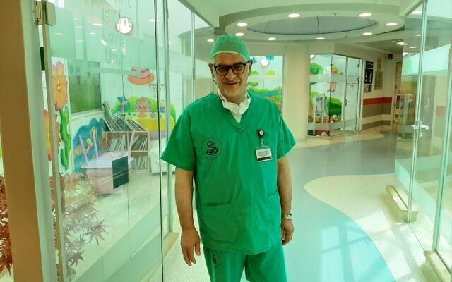 Le docteur Alain Serraf, chef du centre des pathologies cardiaques congénitales à l'hôpital des enfangs de Sheba, après l'opération sur un bébé syrien de dix jours, le 14 juin 2020 (Crédit : Centre médical Sheba)