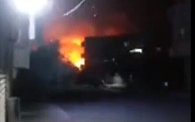 Illustrations : Une explosion dans la ville de Hama, en Syrie, après des frappes israéliennes présumées le 24 juin 2020 (Capture écran/Twitter)