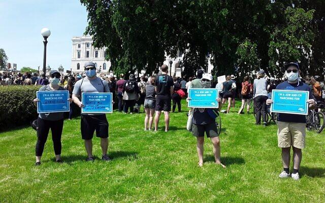 Des membres de la Jewish Community Action participent à un rassemblement de protestation contre l'assassinat de George Floyd le 31 mai 2020 à Saint Paul, dans le Minnesota. (Avec l'aimable autorisation de Carin Mrotz via JTA)