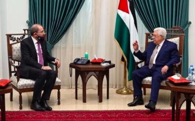 Le ministre jordanien des Affaires étrangères Ayman Safadi (à gauche) rencontre le président de l'Autorité palestinienne Mahmoud Abbas à Ramallah, le 18 juin 2020 (Crédit : agence de presse Wafa)