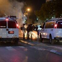 La police arrête des manifestants ayant jeté des pierres, brûlé des poubelles pour protester contre la décision de démolir le cimetière de Jaffa, le 10 juin 2020. (Police israélienne)