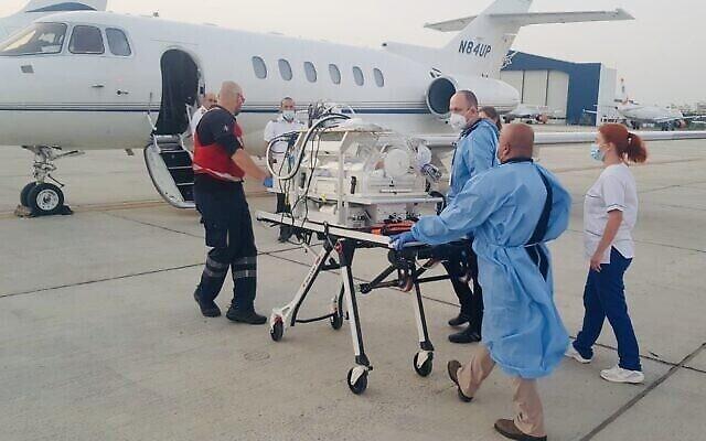 Un bébé syrien de dix jours transporté de Chypre vers Israël pour une opération d'urgence, le 11 juin 2020. (Crédit : Sammy Revel/Twitter)