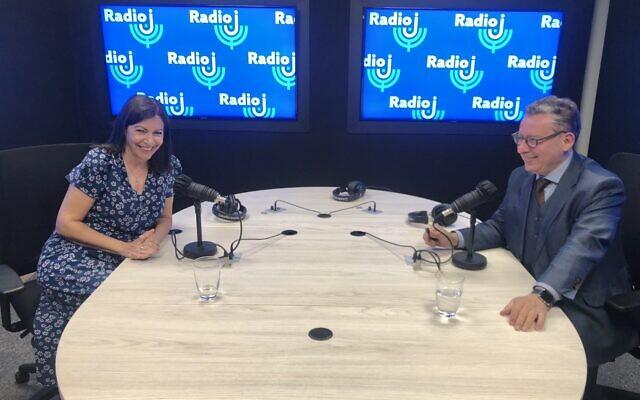 Anne Hidalgo, maire de Paris, et Frédéric Haziza, au micro de Radio J, le 21 juin 2020. (Crédit : Twitter / Radio J)