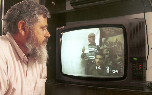 Le père du soldat Nachshon Wachsman regarde une vidéo de son fils alors qu'il était otage du Hamas. (Crédit : Yossi Zamir / Flash90)
