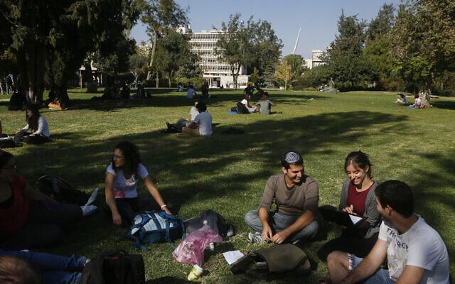 Étudiants sur le campus Givat Ram de l'Université hébraïque de Jérusalem, le 27 octobre 2014. (Miriam Alster/FLASh90)
