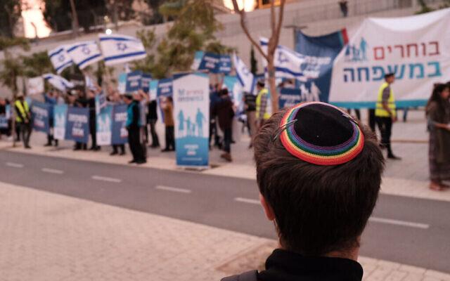 Des militants juifs religieux protestent contre les parents de même sexe et les familles LGBTQ, en face des défenseurs des LGBTQ à Tel Aviv, le 16 décembre 2018. (Tomer Neuberg/Flash90)