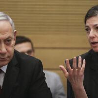 Le Premier ministre Benjamin Netanyahu, (à gauche), et la députée Merav Michaeli, (à droite), assistent à une conférence marquant le 25e anniversaire de l'accord de paix entre Israël et la Jordanie à la Knesset, le 11 novembre 2019. (Flash90)