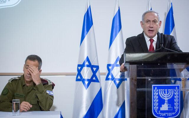 Le Premier ministre Benjamin Netanyahu et le chef d'Etat-major de l'armée israélienne Aviv Kohavi lors d'une conférence de presse après une rencontre du cabinet de sécurité, suite à des éclats de violences avec les groupes terroristes de la bande de Gaza, à Tel Aviv, le 12 novembre 2019 (Crédit : Miriam Alster/Flash90)