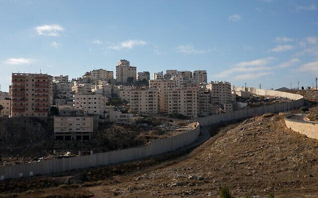 La barrière de sécurité et le camp de réfugiés de Shuafat, au nord-est de Jérusalem, le 5 décembre 2019. (Olivier Fitoussi/Flash90)