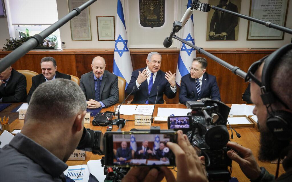 Le Premier ministre Benjamin Netanyahu dirige une réunion de cabinet au bureau du Premier ministre à Jérusalem, le 29 décembre 2019. (Marc Israel Sellem/Pool)