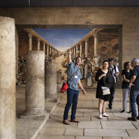 Des touristes et leur guide au Cardo dans le quartier juif de la Vielle Ville de Jérusalem en juillet 2019, plusieurs mois avant que le coronavirus ne mette à l'arrêt le tourisme en Israël. (Crédit : Hadas Parush/Flash 90)