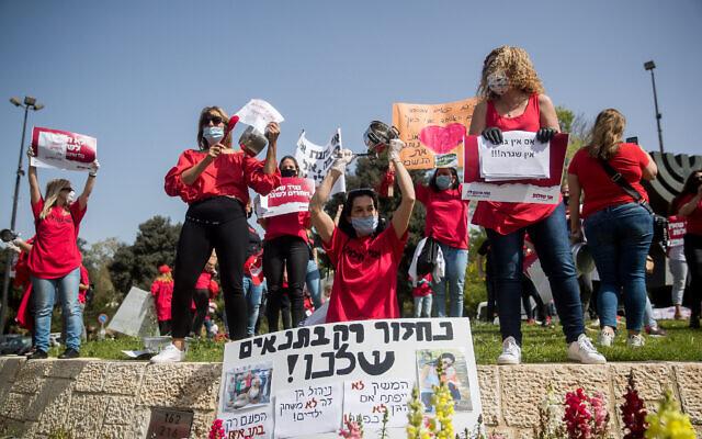 Des travailleurs indépendants et des responsables de jardins d'enfants participent à un rassemblement pour réclamer le soutien financier du gouvernement israélien à Jérusalem, le 19 avril 2020. (Yonatan Sindel/Flash90)