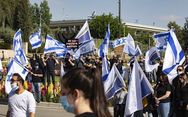 Des salariés de El Al protestent contre l'intention de la compagnie aérienne de licencier certains employés en raison de la crise économique du coronavirus, le 10 mai 2020, devant le ministère des Finances à Jérusalem. (Olivier Fitoussi/Flash90)