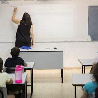 Des élèves et leur enseignante à l'école Hashalom de Mevaseret Sion, près de Jérusalem, le 17 mai 2020. (Yonatan Sindel/Flash90)