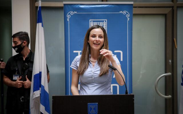 La nouvelle ministre de l'Egalité sociale  Meirav Cohen lors de la cérémonie de sa prise de fonction au ministère, à Jérusalem, le 18 mai 2020 (Crédit :  Flash90)