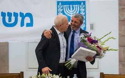 Le nouveau ministre de l'Éducation Yoav Gallant avec son prédécesseur Rafi Peretz au ministère à Jérusalem, le 18 mai 2020 (Crédit : Olivier Fitoussi/Flash90)