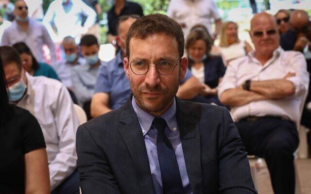 Le ministre du Travail et des Affaires sociales Itzik Shmuli pendant une cérémonie au ministère, à Jérusalem, le 18 mai 2020 (Crédit : Shlomi Cohen/Flash90)