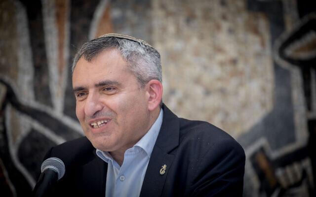Le ministre sortant de la Protection de l'environnement Zeev Elkin s'exprime lors d'une cérémonie au ministère de la Protection de l'environnement à Jérusalem, le 18 mai 2020. (Yonatan Sindel/Flash90)