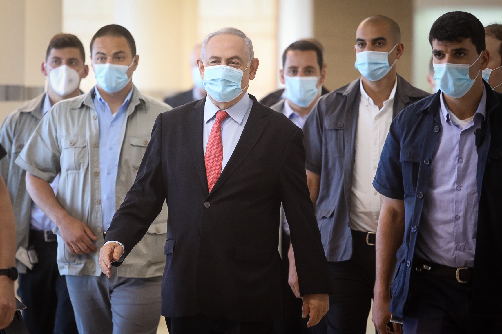 Le Premier ministre Benjamin Netanyahu, (au centre), arrive pour une réunion de la faction du Likud à la Knesset, le 25 mai 2020. (Flash90)