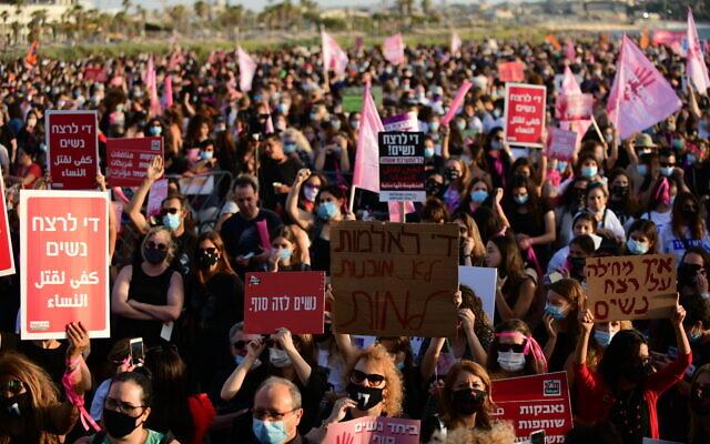Les Israéliens manifestent contre les violences faites aux femmes à Tel Aviv, le 1er juin 2020 (Crédit : Tomer Neuberg/Flash90)